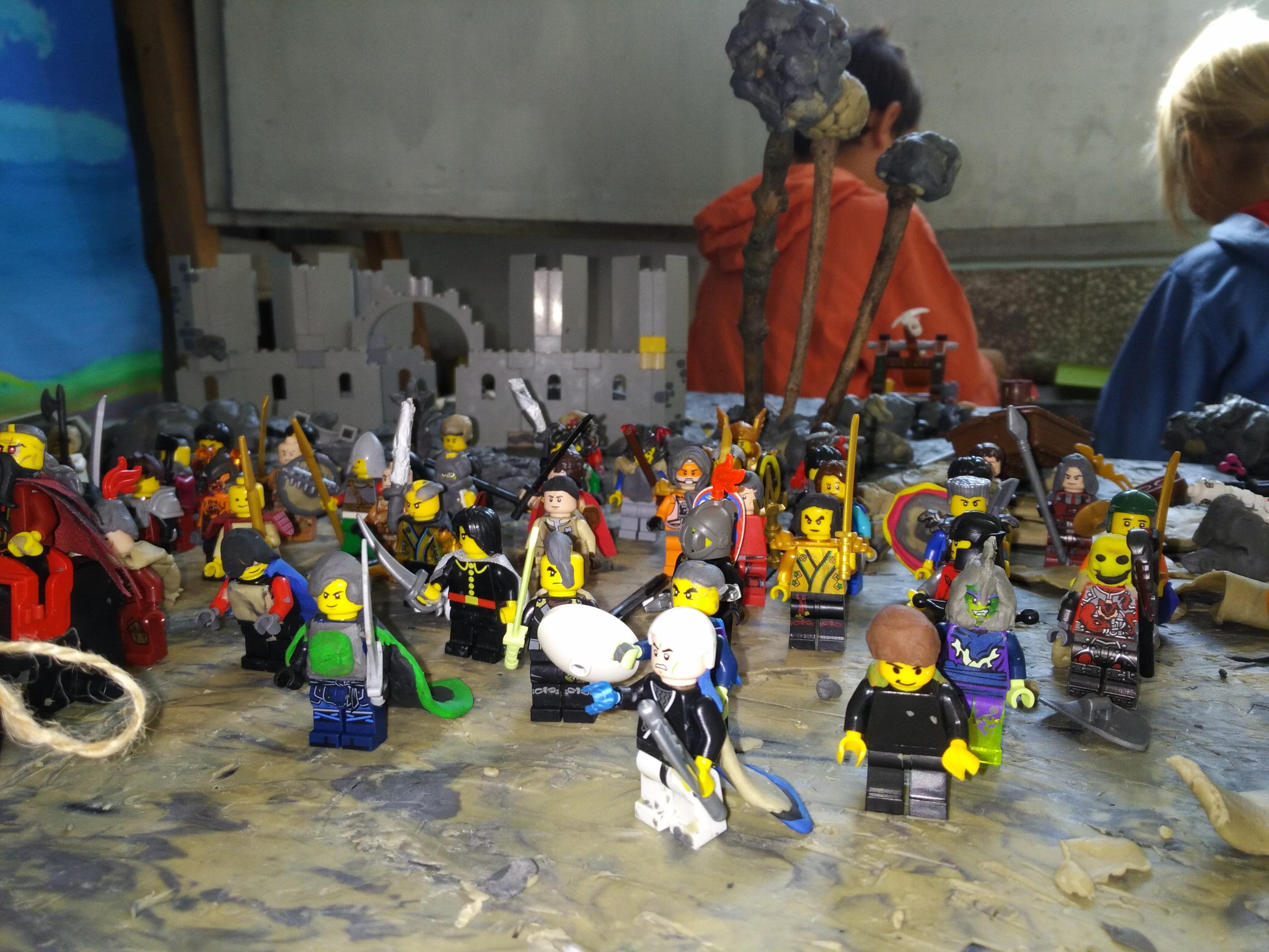 Човечетата се сглабят наново от различни части и им се добавят елементи от други материали - коси от пластилин, оръжия от канап, пластилин и лего части, пластилинени плащове, ризници, украси.