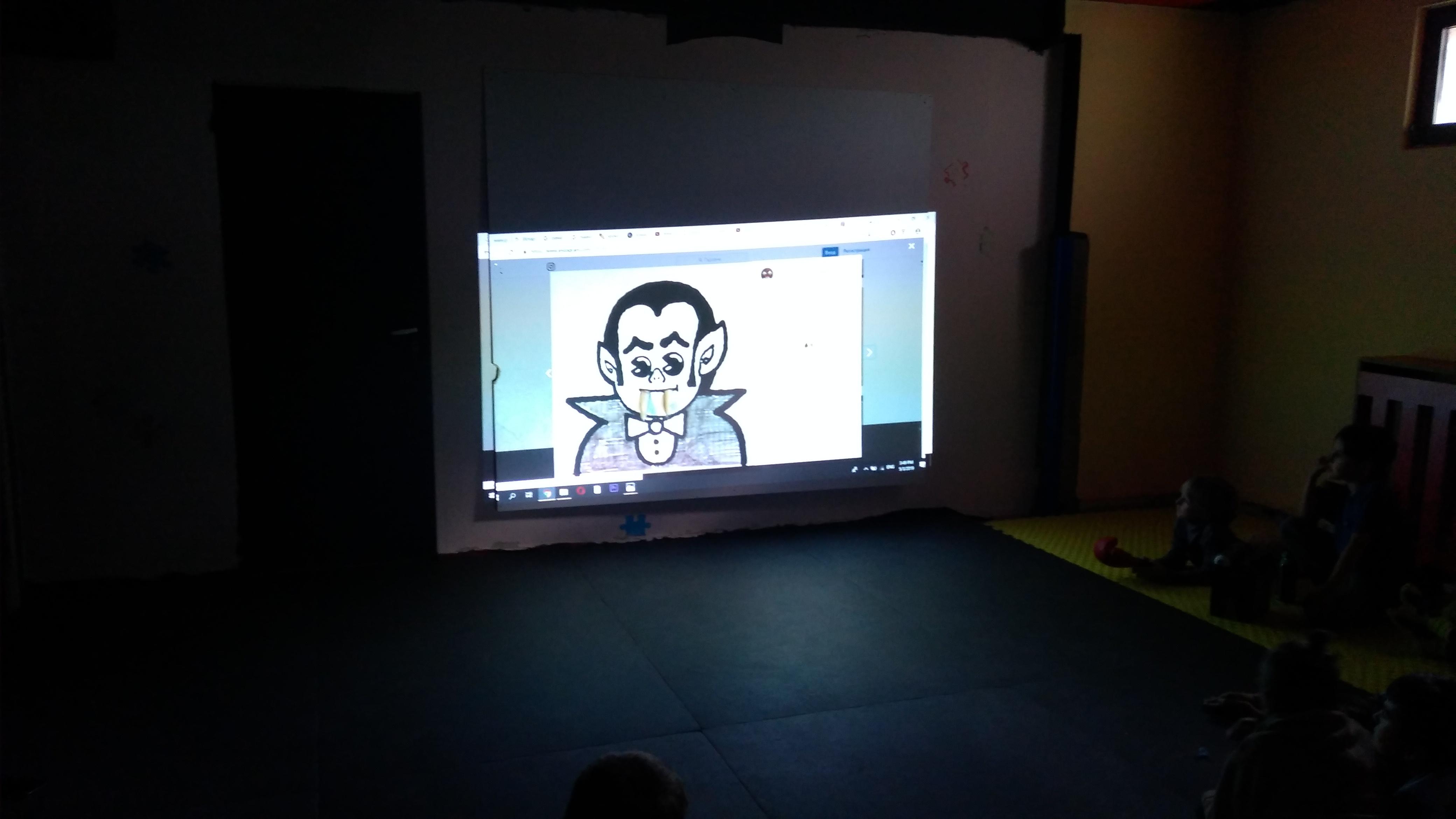 Алекси се забвалява като прави кратки филмчета с подръчни материали.